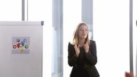 拍手与她的队的女实业家在会议结束时 股票录像