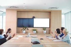 拍手在会议期间的商人 免版税库存照片