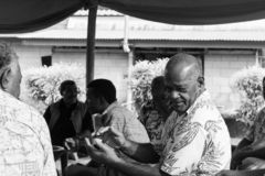 拍手在热带衬衣的斐济人 免版税库存照片