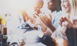 拍手的伙伴照片在企业研讨会以后 职业教育、工作会议,介绍或者教练 免版税库存图片