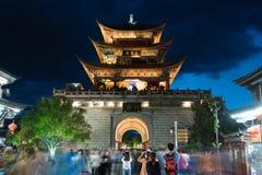 拍摄一个繁体中文塔的游人 免版税库存图片