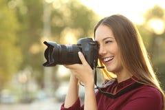 拍摄与一台数字照相机的摄影师 免版税库存图片