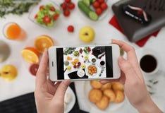 拍摄与手机的食物博客作者特写镜头鲜美早餐 免版税图库摄影