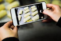 拍摄与智能手机的食物 图库摄影