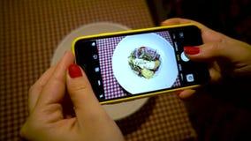 拍摄与电话的女性手沙拉 妇女做照片沙拉 影视素材