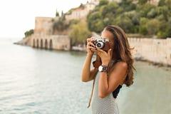 拍摄与葡萄酒照相机的妇女 免版税库存照片