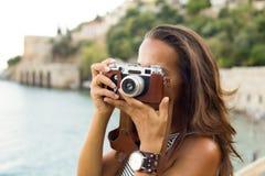 拍摄与葡萄酒照相机的妇女 库存图片