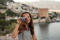 拍摄与葡萄酒照相机的旅行家妇女 图库摄影