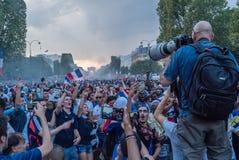 拍摄乌鸦的摄影师在香榭丽舍大街大道的巴黎在2018年世界杯以后 库存图片