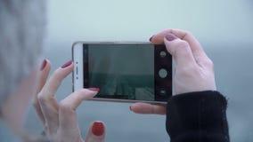 拍摄从小船的妇女冷的海 股票视频