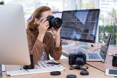 拍摄从数字照相机的女性执行委员一张照片 库存照片