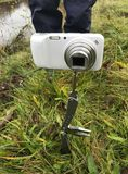 拍摄使用即兴创作意味 一部袖珍相机在一把折叠的刀子登上,被困住到地面而不是三脚架 库存照片