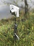 拍摄使用即兴创作意味 一部袖珍相机在一把折叠的刀子登上,被困住到地面而不是三脚架 库存图片