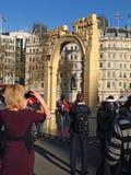 拍摄叙利亚曲拱,伦敦的人群 库存照片