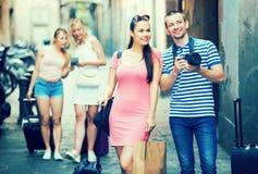 拍摄在城市的年轻快乐的家庭游人 免版税库存照片