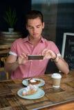 拍摄在桌上的人食物在咖啡馆 库存图片