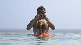 拍摄在游泳池的男人和妇女录影 影视素材