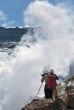 拍摄在火山口活火山的游人抽烟的喷气孔 免版税库存图片