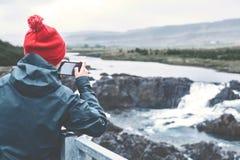 拍摄在电话的妇女瀑布 免版税图库摄影