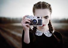 拍摄在葡萄酒影片照相机的可爱的哀伤的女孩 特写镜头室外画象 免版税图库摄影