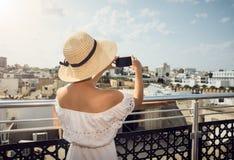 拍摄城市的女孩 在屋顶上 旅行,休息突尼斯 免版税库存照片