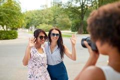 拍摄她的朋友的妇女在夏天公园 免版税库存照片