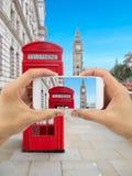 拍摄有我的智能手机的伦敦 图库摄影