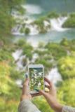 拍摄有手机的Plitvice湖 库存照片