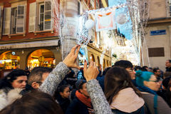 拍摄有照相机和手机的圣诞节街道 免版税库存照片