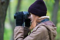 拍摄森林的美丽的双人游客旅行摄影师秋天天 免版税图库摄影