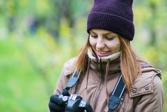 拍摄森林的美丽的双人游客旅行摄影师秋天天 免版税库存照片