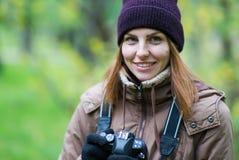 拍摄森林的美丽的双人游客旅行摄影师秋天天 库存图片