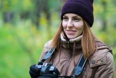 拍摄森林的美丽的双人游客旅行摄影师秋天天 免版税库存图片