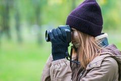 拍摄森林的美丽的双人游客旅行摄影师秋天天 图库摄影