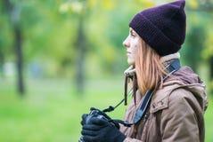 拍摄森林的美丽的双人游客旅行摄影师秋天天 库存照片