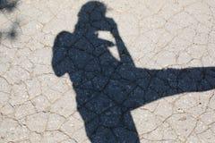 拍摄沥青的女孩的阴影 图库摄影