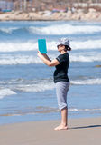 拍摄海岸的妇女和地中海和海浪 免版税库存图片