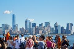 拍摄照片和看纽约地平线的人们和游人 免版税库存图片
