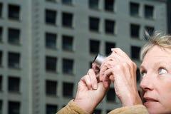 拍摄照片的妇女 免版税库存照片