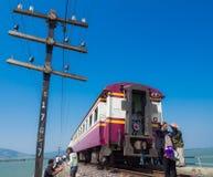 拍摄照片的游人在葡萄酒火车和电po附近 库存照片