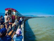 拍摄照片的游人在葡萄酒火车和电po附近 免版税图库摄影