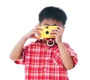 拍摄照片的年轻男孩 免版税库存照片