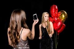 拍摄美丽的朋友的妇女 免版税库存照片