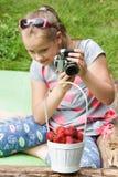 拍摄老照相机的女孩孩子 免版税库存照片
