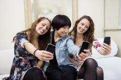 拍摄自已照片的女性朋友 免版税库存照片