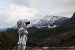 拍摄自然的独奏旅客妇女 库存照片