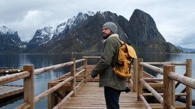 拍摄谷的照片与DSLR佩带的背包拍摄的风景风景的专业摄影师男性 股票录像