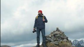 拍摄谷的照片与DSLR佩带的背包拍摄的风景风景的专业摄影师男性 影视素材