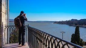 拍摄阳台的摄影师 免版税库存照片