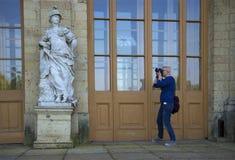 拍摄雕塑的女孩在入口对伟大的Gatchina宫殿 图库摄影